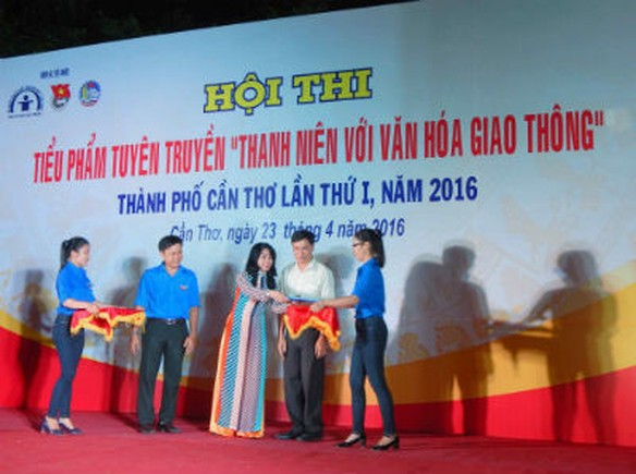 10.000 hoc sinh, sinh vien Can Tho cam ket khong vi pham giao thong - Anh 2